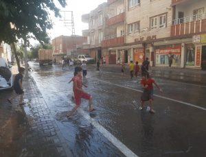 Batman'da patlayan su borusu mahalledeki çocuklara eğlence oldu
