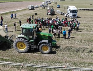 Kampa katılan öğrencilere tarla ve mandıralarda uygulamalı eğitim