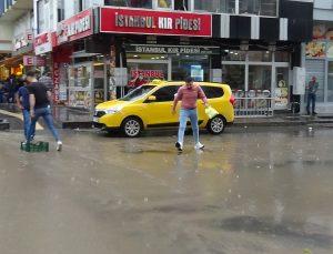 Kars'ta caddeler gölete döndü