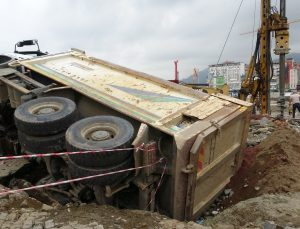 Kazılan yolun kör noktasına rastlayan kamyon devrildi