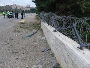 Otomobil emniyet müdürlüğünün duvarına çaptı: 4 yaralı