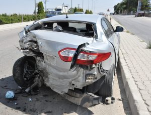 Otomobile hafif ticari araç arkadan çarptı