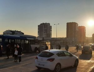 Ankara'da araç otobüs durağına daldı