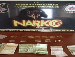 Baskına gelen polisleri gördü, uyuşturucu dolu poşete attı