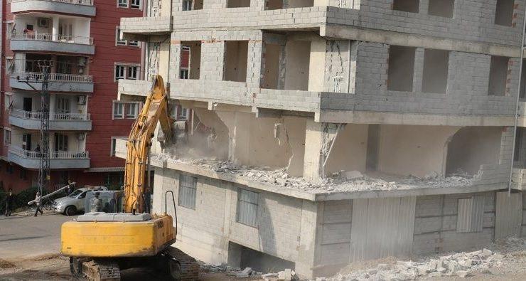 Batman'da kaçak binalar yıkılıyor