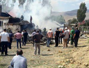 Bayburt'ta çıkan yangında bir evin çatısı ile içindeki odun ve malzemeler yandı