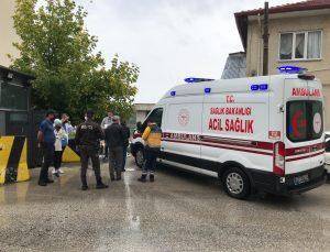 Beton barikatla otomobil arasında kalan yaya yaralandı