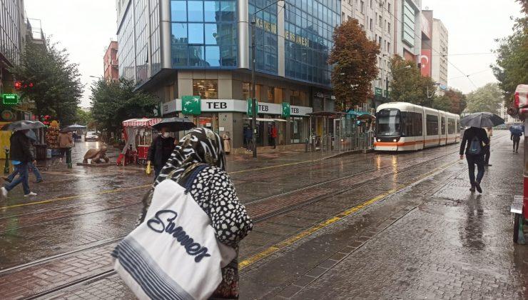 Eskişehir'de sağanak yağış hava sıcaklığını düşürdü