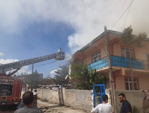Evin çatısındaki yangın paniğe neden oldu