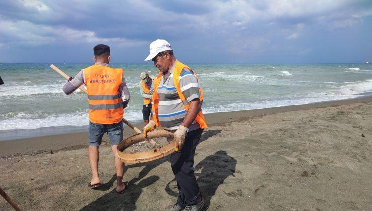 Hatay sahilinde petrol atıkları elekle temizleniyor