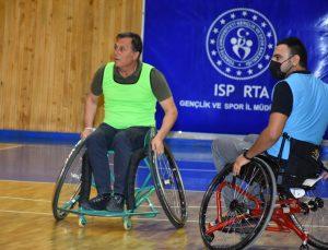 Isparta'da İl Müdürü farkındalık için tekerlekli sandalye takımıyla maç yaptı
