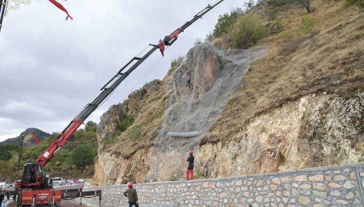 Isparta'da Kirazlıdere'ye şev koruyucu çelik tel döşeniyor
