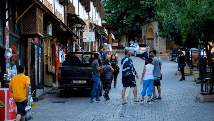 (Özel) Dünya Geçici Miras Listesi'ne alınan Kemaliye, yaz aylarında ilçe nüfusunun 10 katı ziyaretçi ağırlıyor