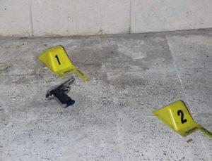Polis, silahla yaralama olayına karışan şüphelileri evlerin çatılarında aradı
