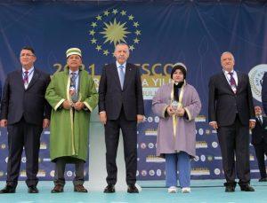 Türkiye'de 2021 yılının çırağı seçilen Trabzonlu Yaprak ödülünü Erdoğan'ın elinden aldı