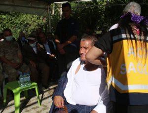 Türkücü Aydın Aydın aşıya dikkat çekmek için düğünün ortasında aşı oldu
