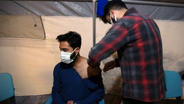 Yüksekova'da sağlıkçılar gece gündüz aşı yapıyor