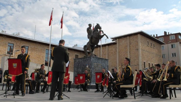 3. Ordu Komutanlığı Bando takımı Bayburt'ta halka konser verdi