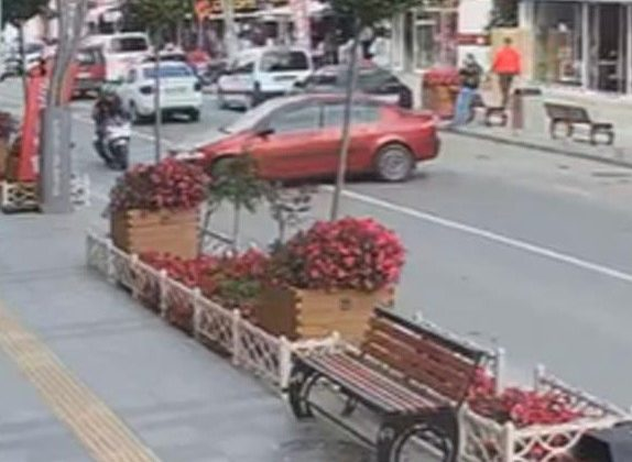 Otomobil ile motosikletin çarpışma anı güvenlik kameralarında